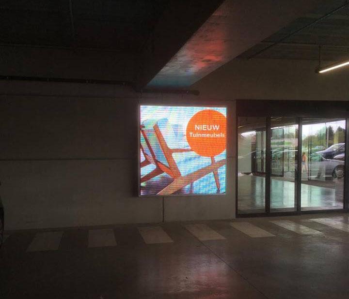 In-store ledcherm in een ondergrondse parking, geplaatst door Maxled