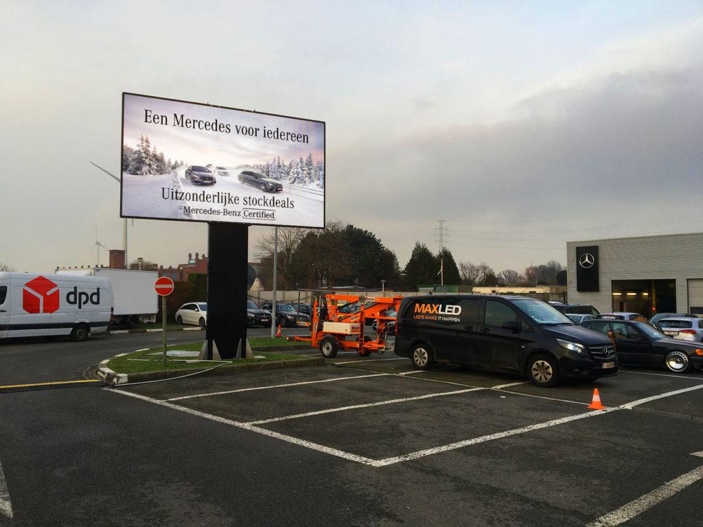 Een 15m² ledscherm op vaste paal bij Mercedes garage Hedin in Gent