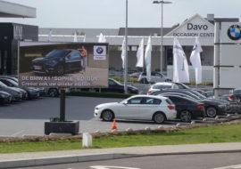 Een 8m² ledscherm op mobiele totem bij BMW Davo waarop de BMW X1 wordt geadverteerd